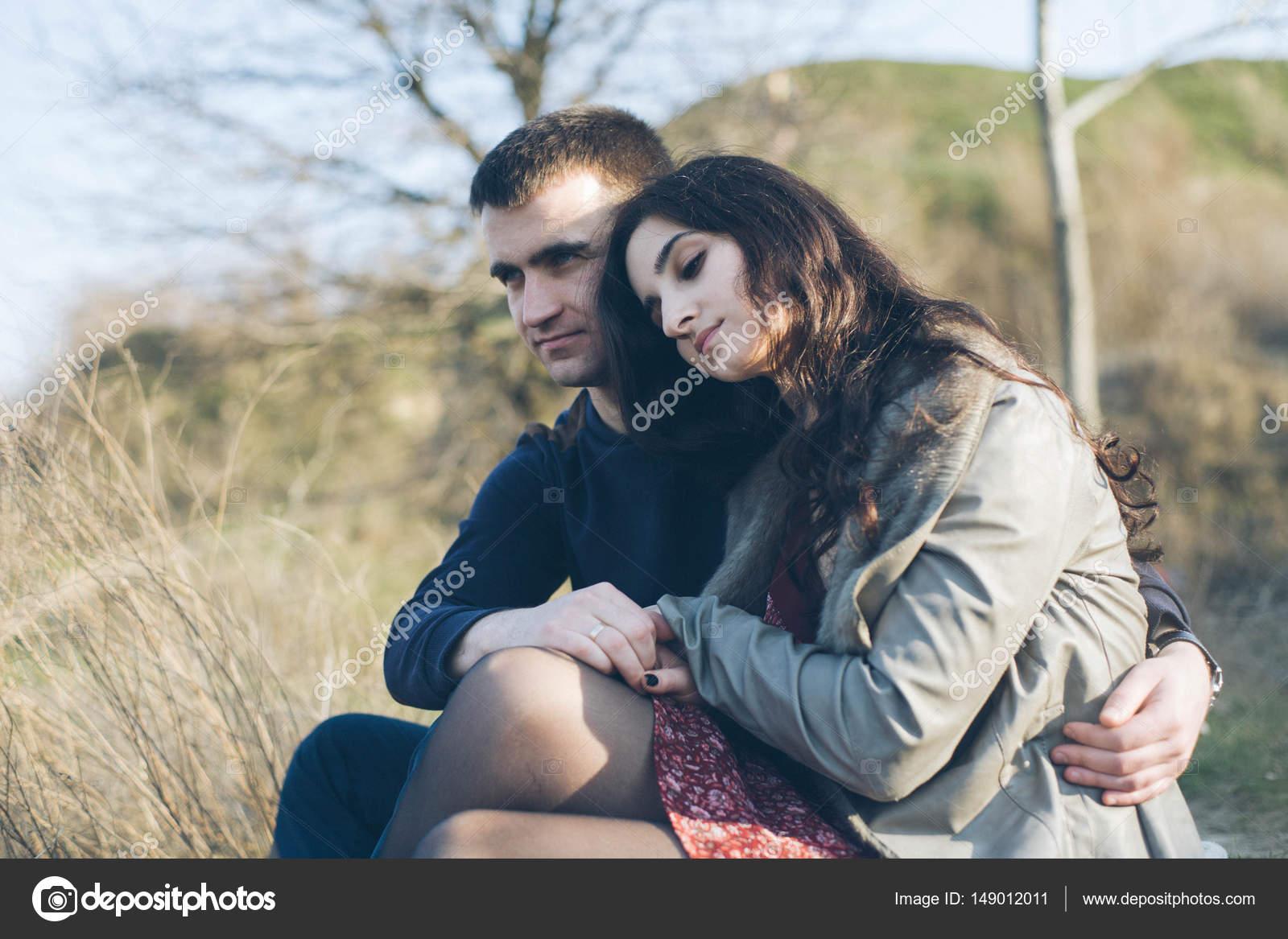 Парень наслаждается красивой женой.
