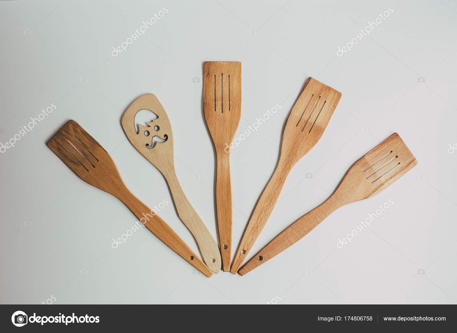 Decoración de cocina rústica con cubiertos de madera. Decoración de ...