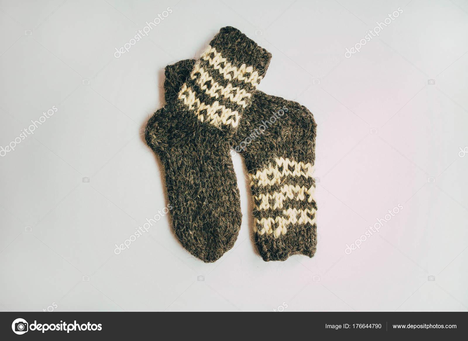 a4223f62082 Zásobník ručně pletené teplé ponožky šály rukavice z hrubé vlny příze hnědá  béžová šedá na dřevo stůl. Zblízka. Podzim zima Eco Fashion Terrany styl.