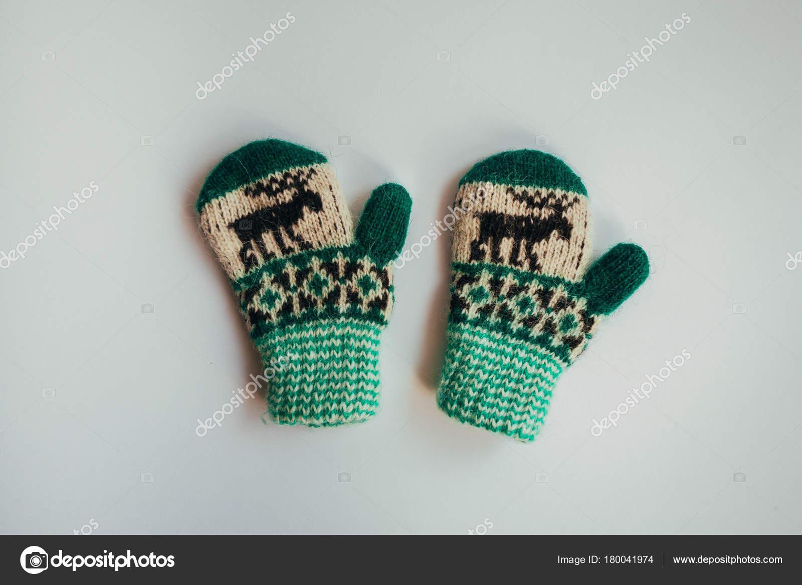 Pila de calcetines de punto calientes hechos a mano bufandas guantes ...
