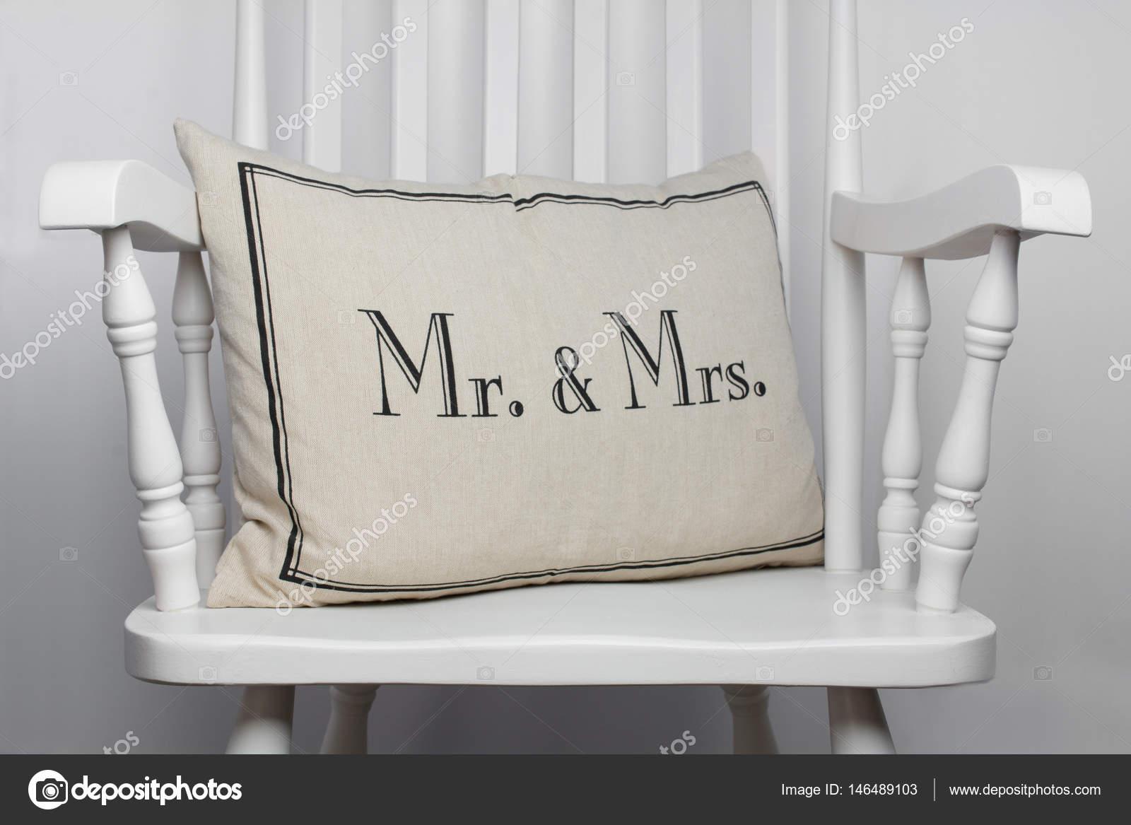 herr und frau romantische kissen auf weißer schaukelstuhl