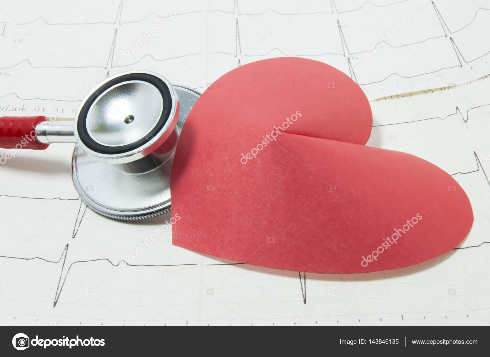 Estetoscopio Rojo Y La Forma De Mentira De Corazón De