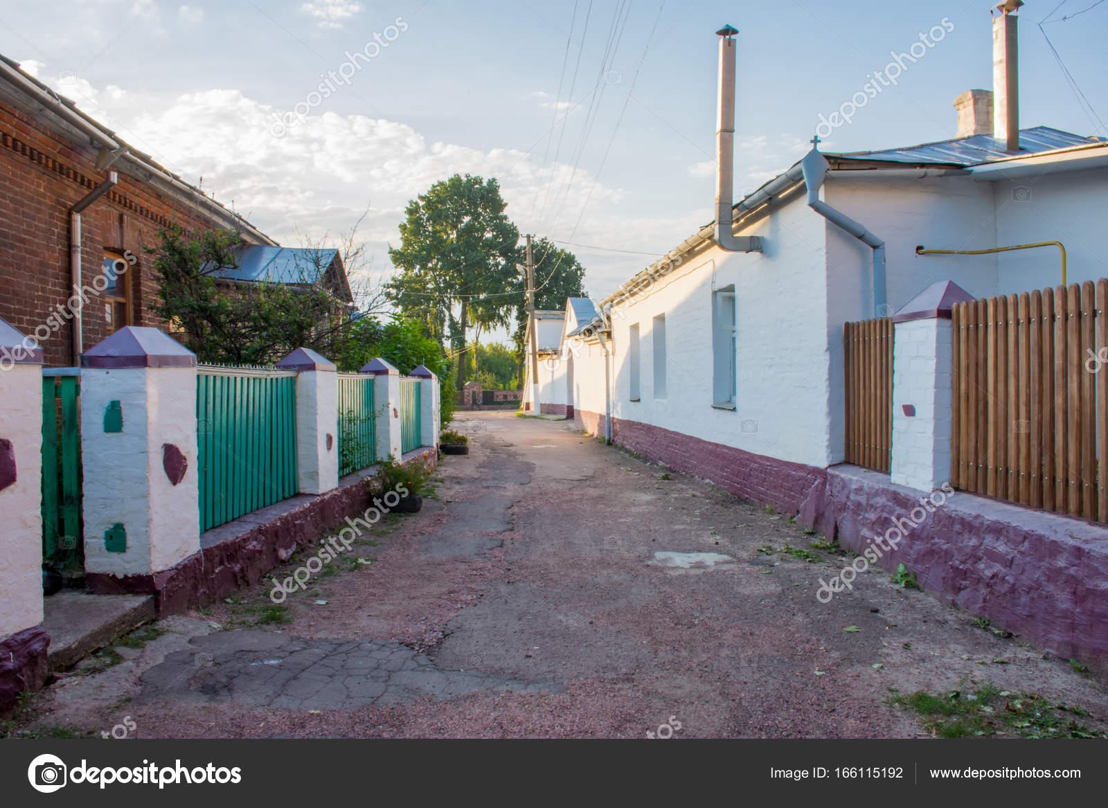 Schmalen Gepflasterten Straßen Mit Grüne Zäune Und Weißen Säulen Und Mauern  In Die Kleine Historische Alte