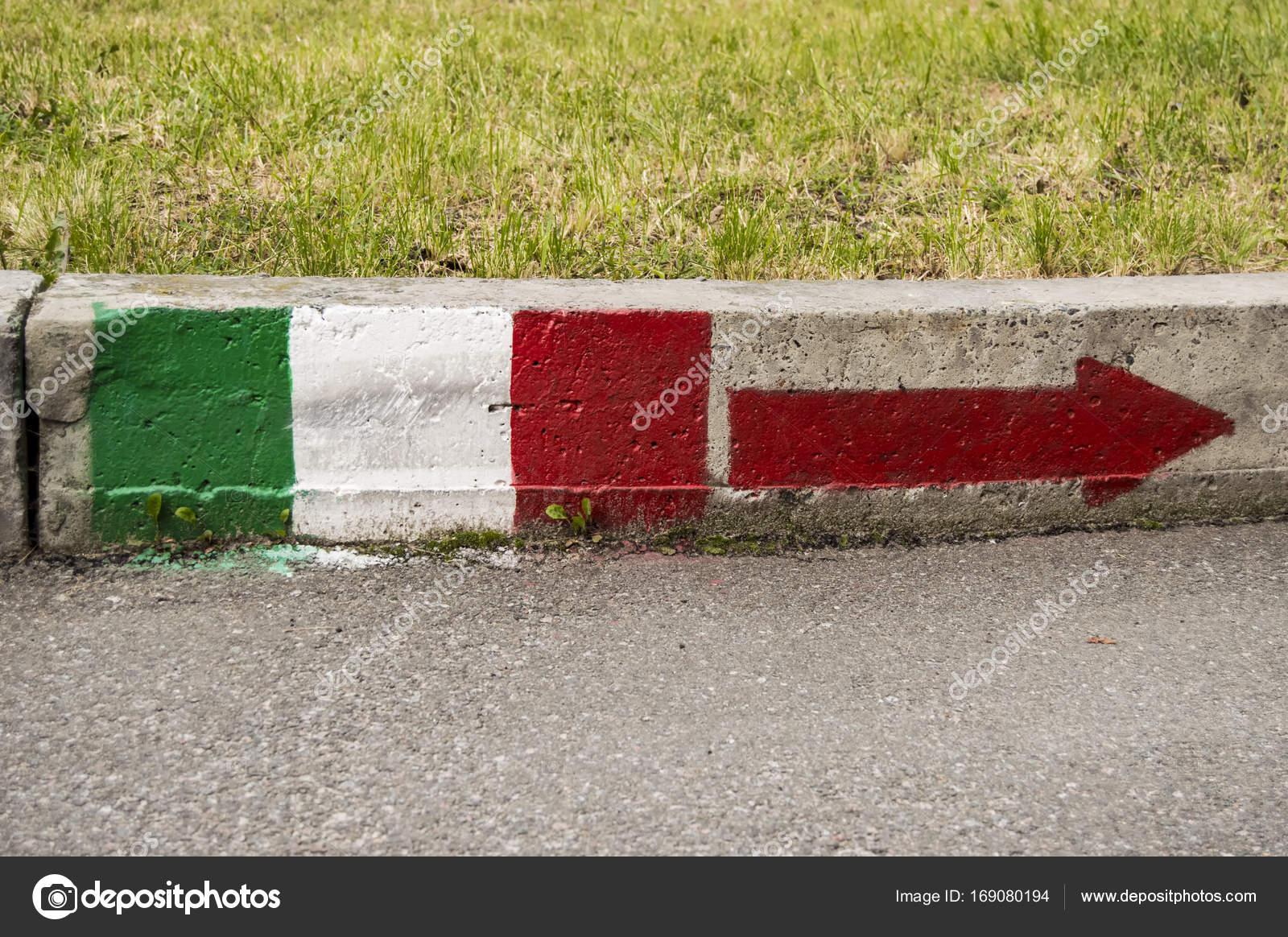 Italya Bayrağı Yol Sağa Işaret Eden Ok Ile Boya Ile Asfalt Ve