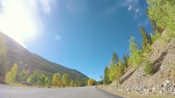 Jízdy přes alpský les na podzim