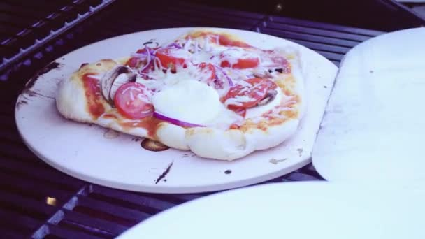 Pizza Gasgrill : Kochen pizza auf outdoor gas grill u2014 stockvideo © urban light #195465856