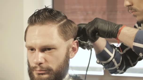 Fryzury Męskie I Strzyżenie Maszynką Włosów W Salonie Barber Shop