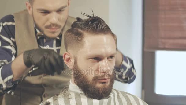 Fryzury Męskie I Strzyżenie Maszynką Włosów W Salonie Barber Shop Lub Włos