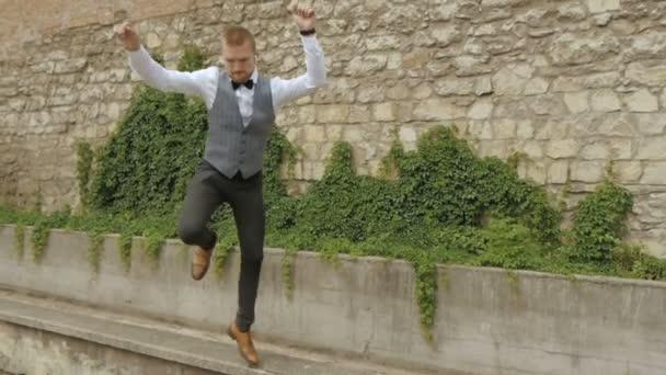 podnikatel tančící šťastný muž