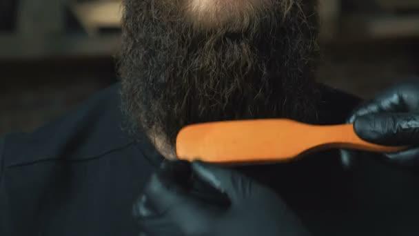 Pohledný muž s dlouhým vousem a vybrání v holičství