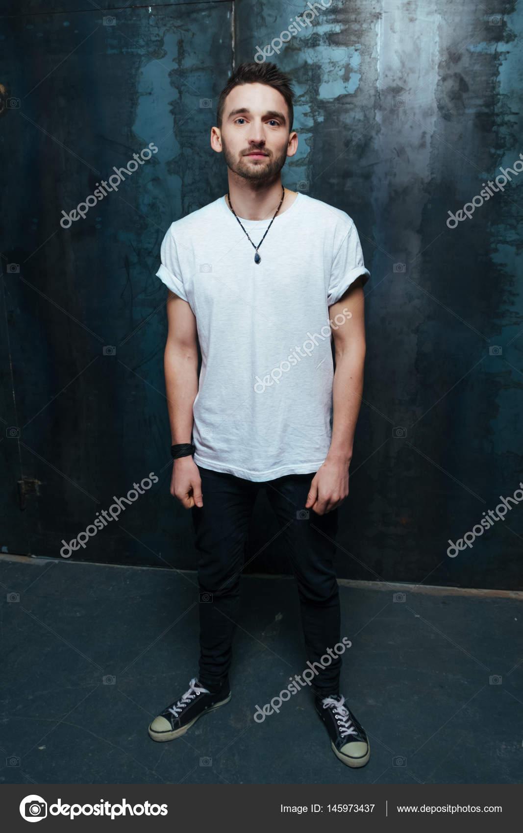 b70e218499ef giovane uomo. Sfondo grigio scuro studio — Foto Stock © puzurin ...