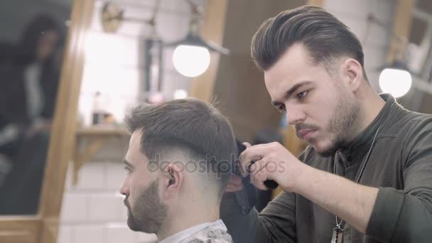 Tijeras De Corte De Pelo Para Hombre En Un Salon De Belleza Video - Cortar-pelo-hombre