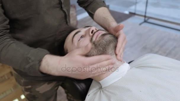 Видео массаж делает гей
