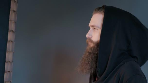 Vegyifülke szép stílusos komoly ember portréja. Brutális ember a szakálla, mint a fekete háttér