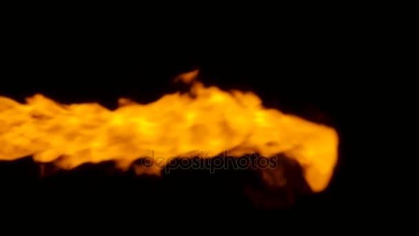 Plamen ohně praská v jednom směru, izolované na černém pozadí