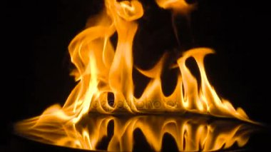 elszigetelt tűz fölött fekete háttér. lassú mozgás
