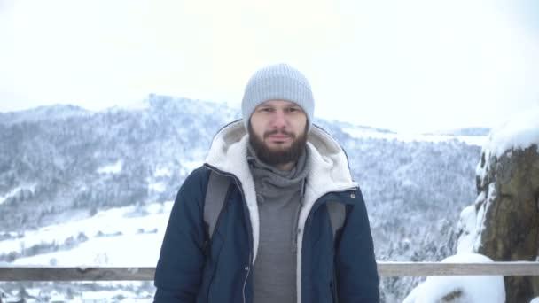 Portrét barded muž v zimní čepice. Zpomalený pohyb