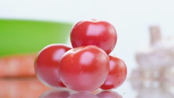 zelenina a salát Rajčatový izolovaných na bílém pozadí