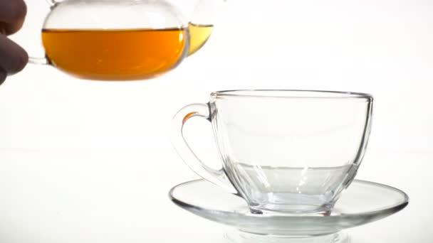 Čaj se nalévá do skleněného šálku čaje