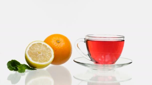 Narancs citrom gyümölcstea. Fehér háttér