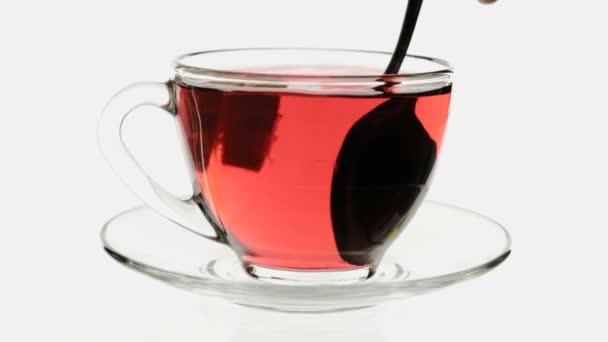 Lžíci cukru do šálku ovocné čaje a míchejte