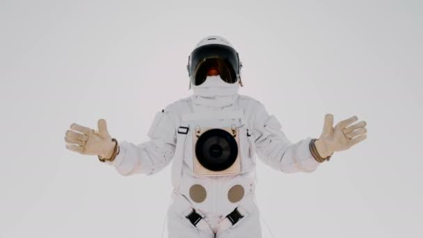 Astronaut winkt isoliert auf weiß.