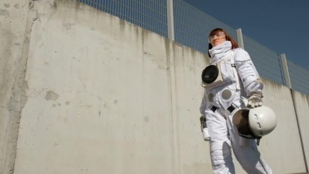 Weibliche Astronauten Schritte nach vorn. Fantastische Raumanzug. Erforschung des Weltraums.