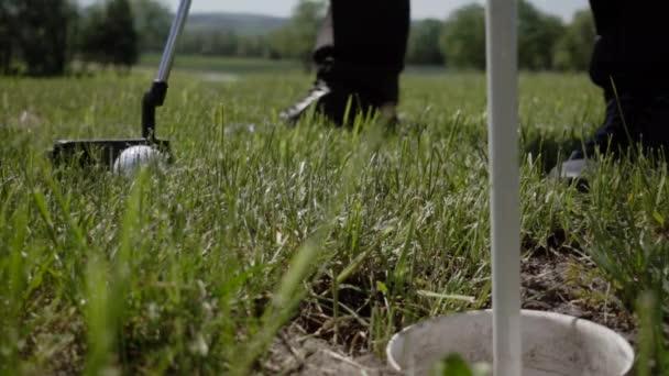 golfový míček na návsi poblíž otvoru