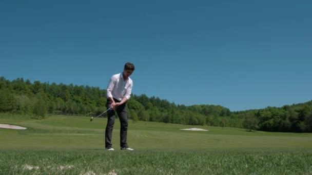 Golfista udeří míč s klubem na Beatuiful golfové hřiště