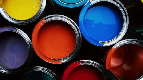 Alumíniumdobozok élénk, színes festékkel egy raktár padlóján. felső nézet csúszó vezetékek
