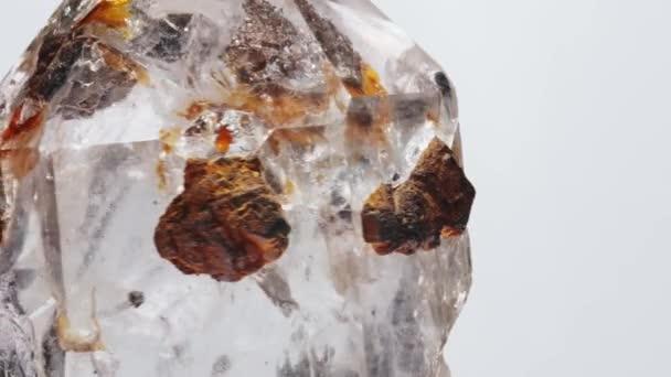 természetes ásványi anyag mintapéldánya - fehér alapon elszigetelt nyers kristálykő