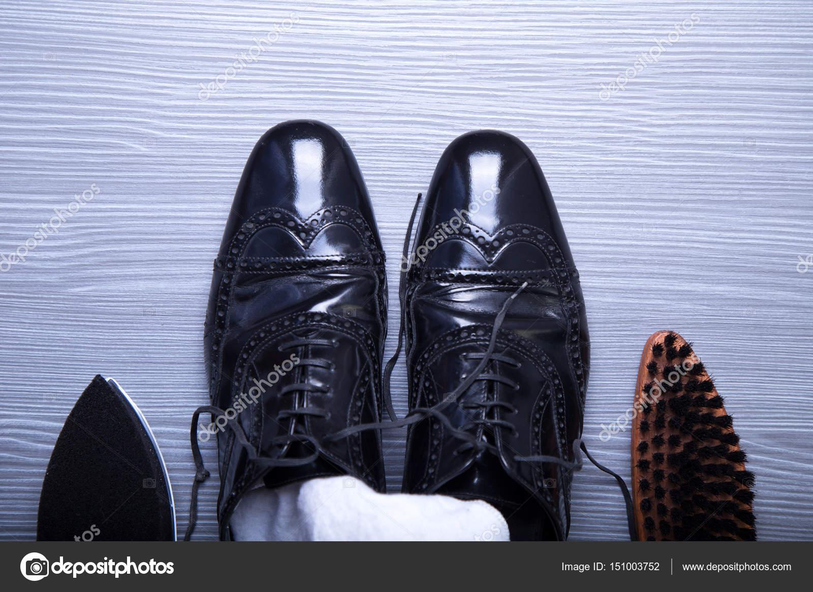 Negro zapatos de los hombres con accesorios para el cuidado. Vista ...