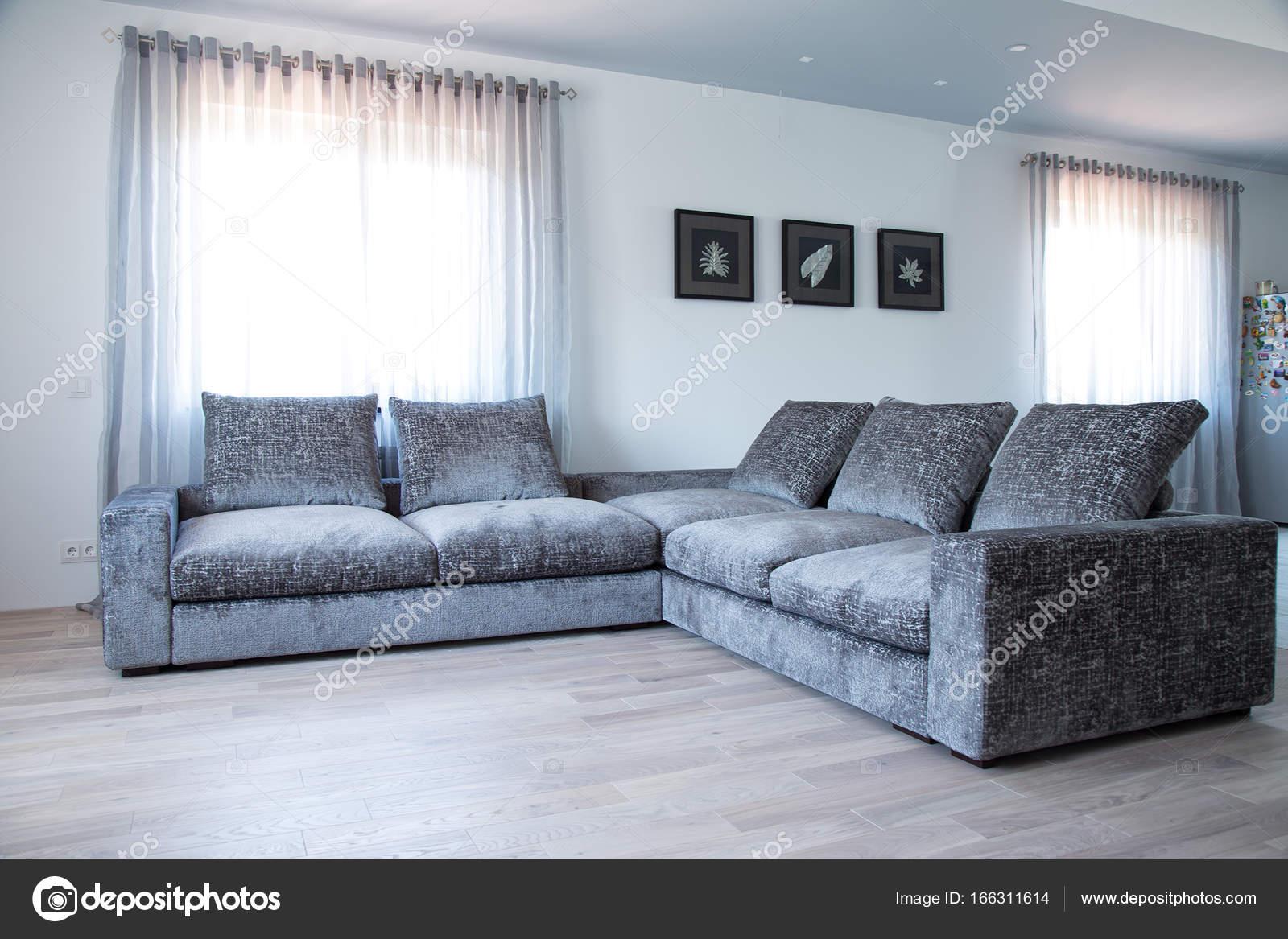 Wohnzimmer Innenraum In Grauen Und Weißen Farben Funktionen Grau Sofa U2014  Stockfoto