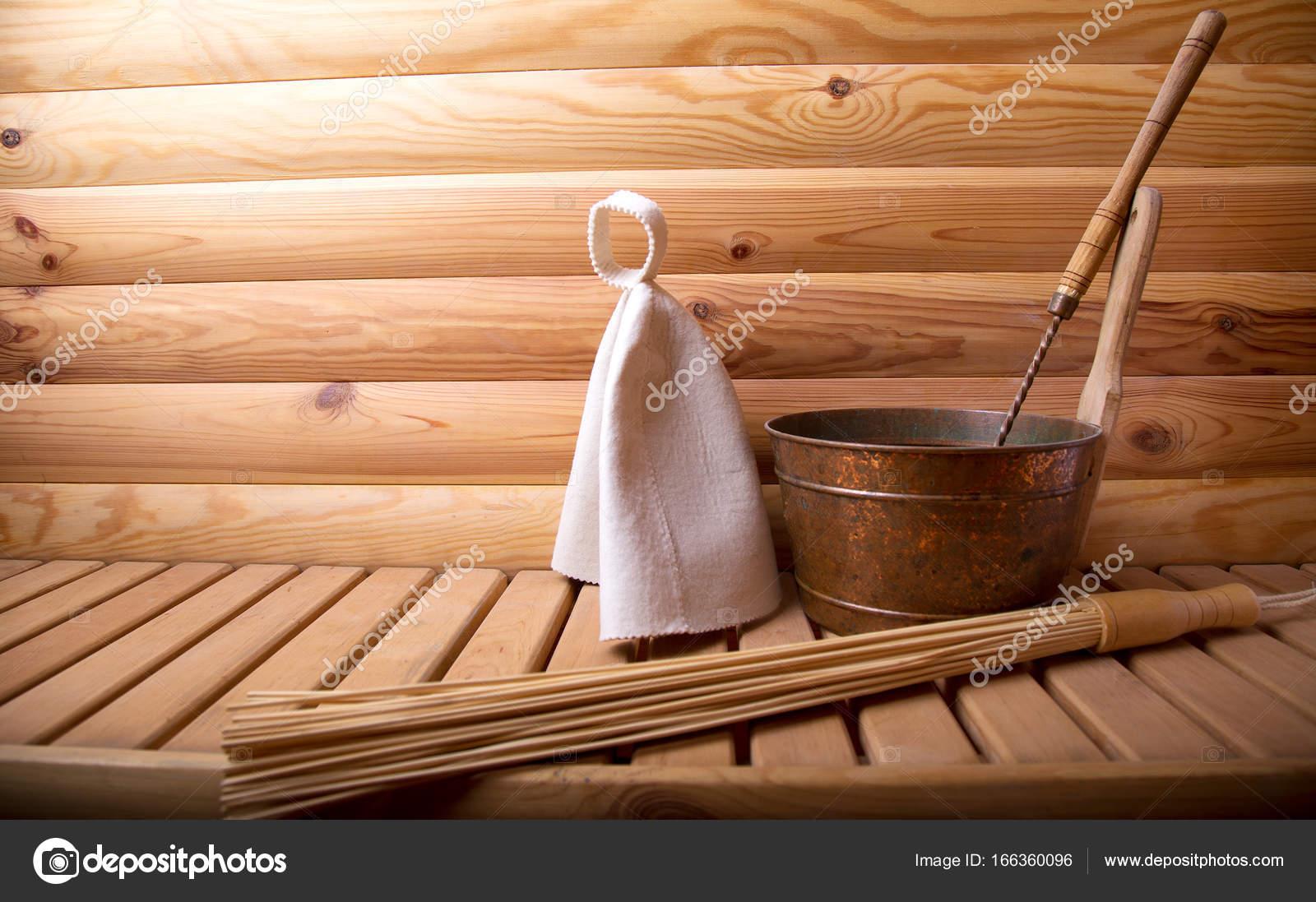 Accessori In Legno Per Bagno : Accessori per bagno e sauna su una sauna in legno u foto stock