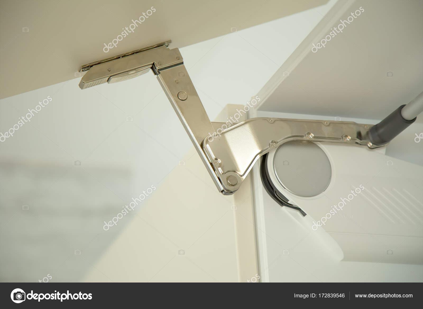 detail des scharniers auf tür von einem küchenschrank — stockfoto