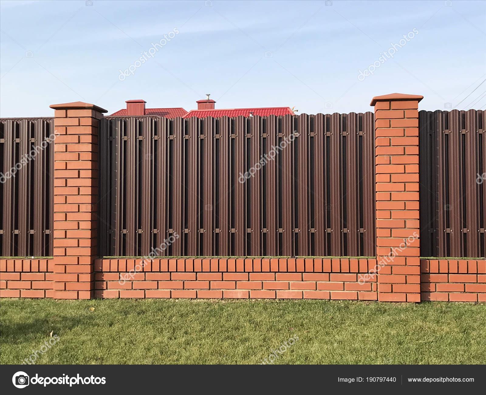Braun Metallic Wellpappe Zaun Haus Schutz Stockfoto
