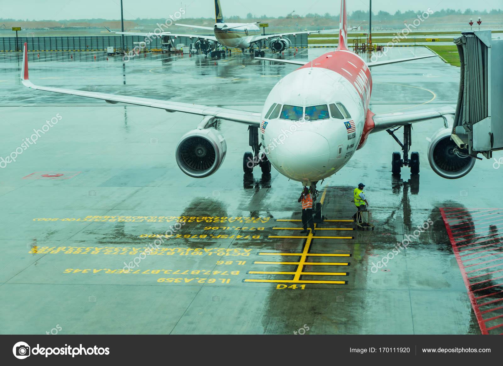 チャンギ国際空港の飛行機に接続されている搭乗の乗客のジェットウェイ–  ストック編集用写真