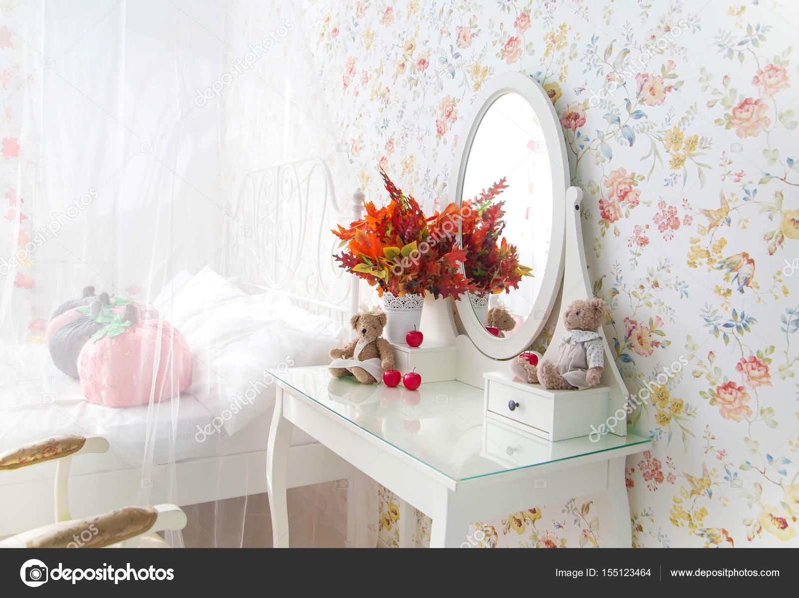 Vintage Schlafzimmer. Kommode mit Spiegel. Herbst — Stockfoto ...