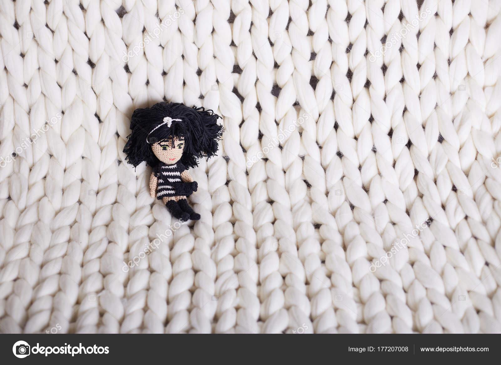 01e490c20afe Η υφή του close-up χοντρά πουλόβερ μπεζ ύφασμα. Πλεκτό υφή φόντου. μεγάλο  λευκό καρό πλεκτό. υφή Κουβέρτα πλεκτή Κοτσίδα — Εικόνα από ...