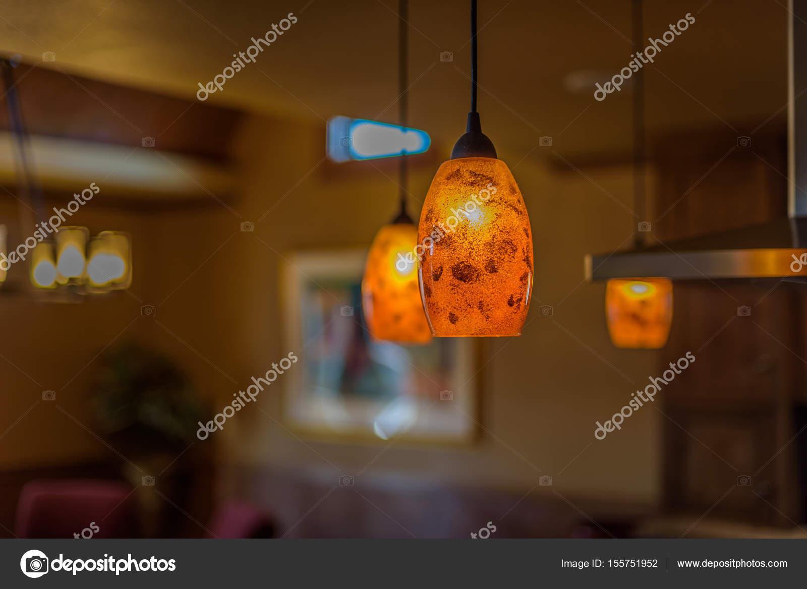 warmen Anhänger Leuchten hängen in der Küche — Stockfoto © Dprahl ...