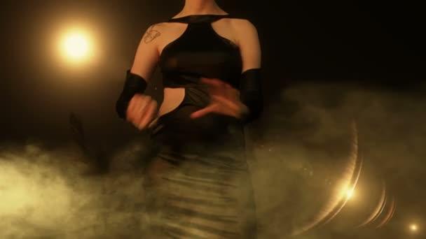 Frau spielt mit Peitsche