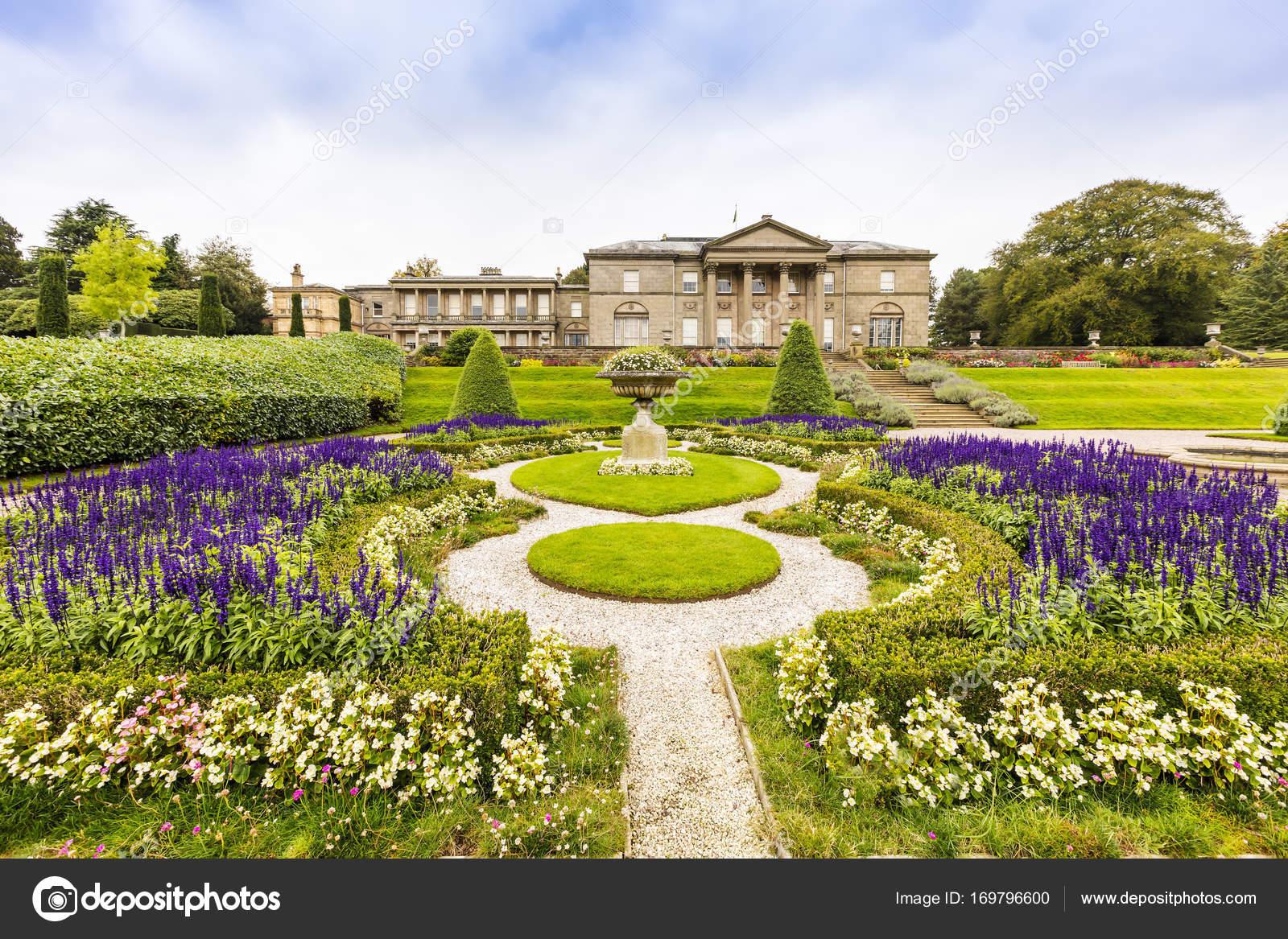 Gärten Und Einem Historischen Herrenhaus In England Stockfoto