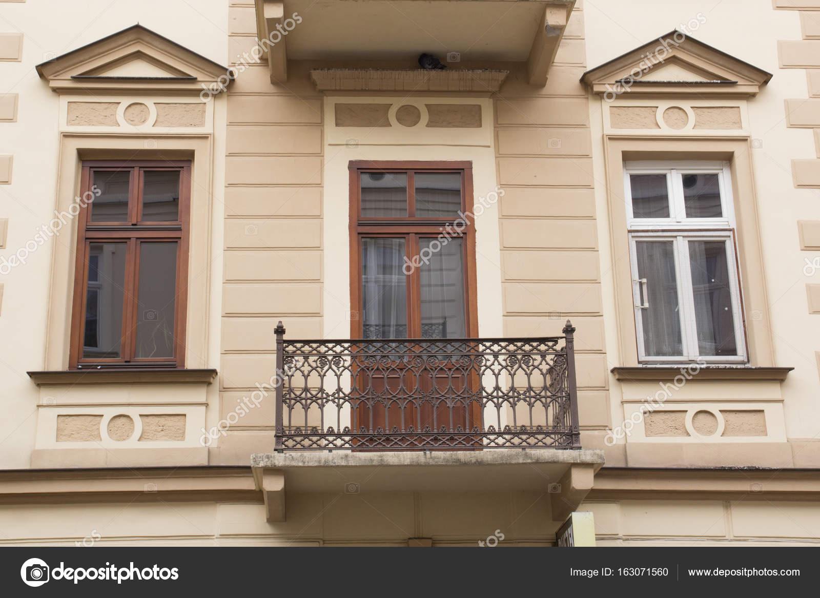 Facciata di vecchia casa d 39 epoca con balcone foto stock for Piani di casa ranch d epoca