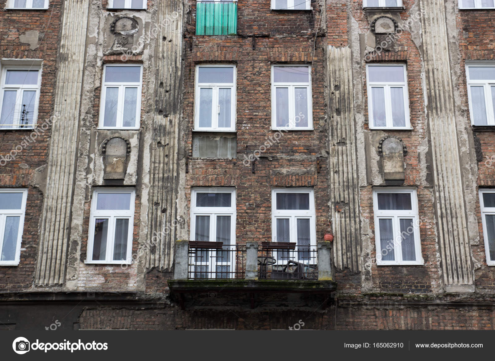 De gevel van de oude huis met ramen u2014 stockfoto © bogdankhmel #165062910