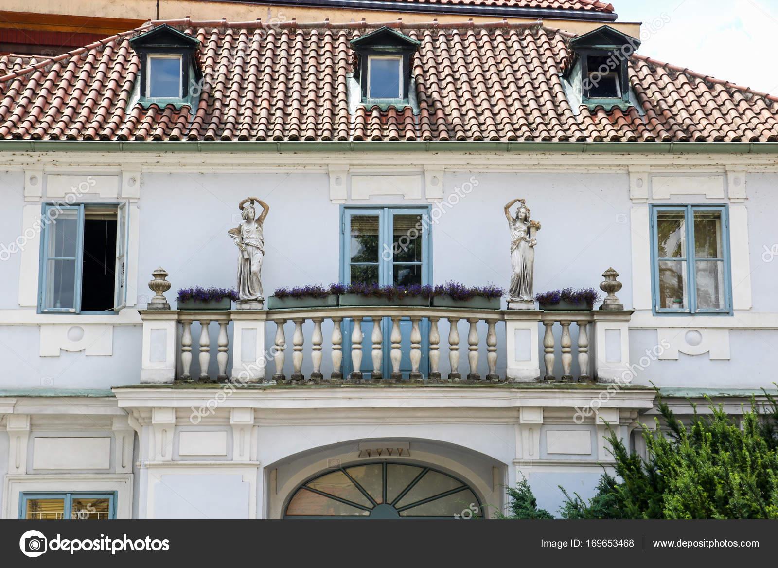 Casas vintage fachada con balcones y estatuas fotos de for Casa moderna vintage