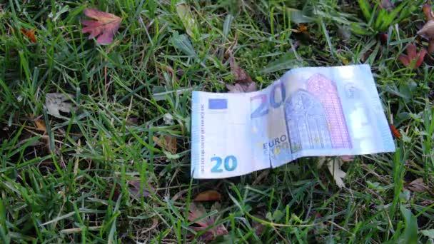 Papírové peníze a bitcoiny klesají
