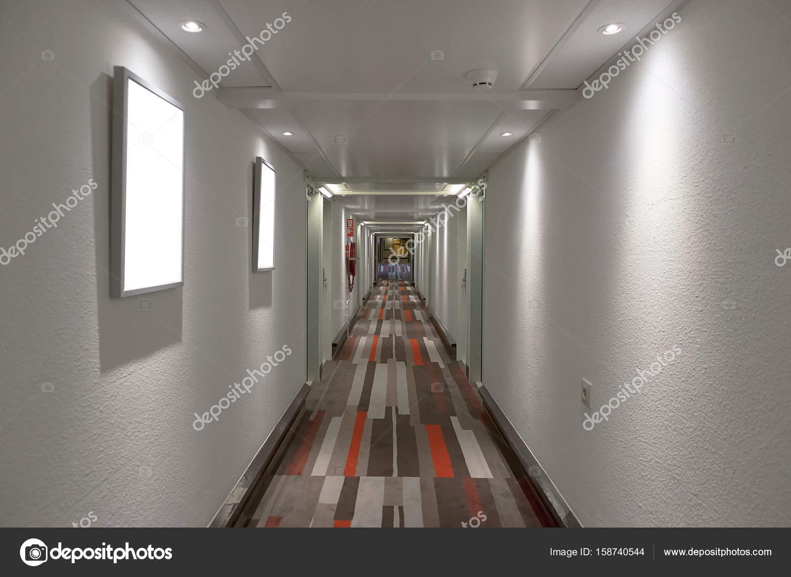Hotel gang met vloerbedekking kleur u stockfoto silvapinto