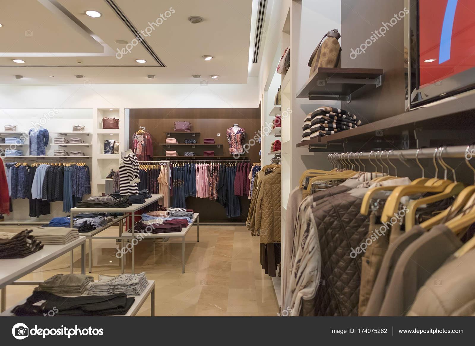 new concept 6ee3a 90d91 Negozio per abbigliamento donna. — Foto Stock © SilvaPinto ...