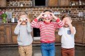 Fotografie Kinder Ostereier holding