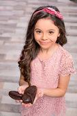 Fotografie Kleines Mädchen mit Schokohase